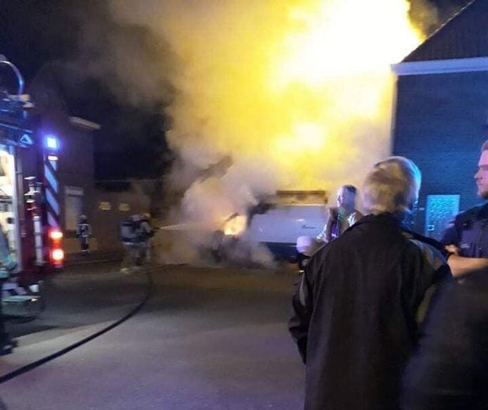 In de nacht van zaterdag op zondag brandde een bestelwagen van Fluvius in verdachte omstandigheden uit.