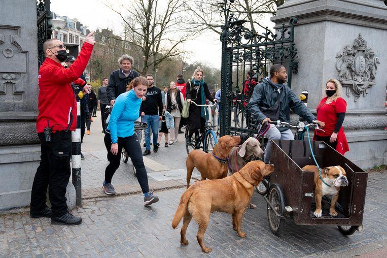 Het Vondelpark is een populaire locatie onder hondenbezitters. Beeld Hollandse Hoogte /  ANP