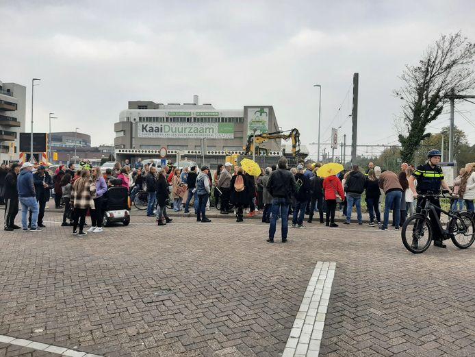Tegenstanders van de CoronaCheck-app verzamelen zich zondagmiddag op het EKP-parkeerterrein aan het Kadeplein in Roosendaal. Om 16.00 is daar een protest-wandeltocht van start gegaan.