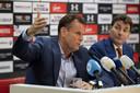 Robert Eenhoorn moest op persconferenties vaak tekst en uitleg geven over de staat van het stadion.
