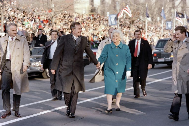 George Bush en First Lady Barbara Bush tijdens  inauguratie parade  1989. Beeld AFP