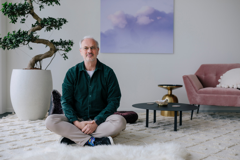 Hans van Wechem, psychiater van Field Trip Health, in zijn behandelruimte aan de Piet Heinkade. Beeld Marc Driessen