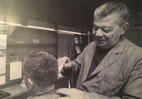 Jean Vandenberg in actie in zijn kapperszaak.