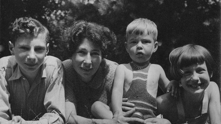 Ursula Kuczynski, hier als vrouw van Len Beurton, in 1945 met haar kinderen Michael, Peter en Janina. Beeld PETER BEURTON