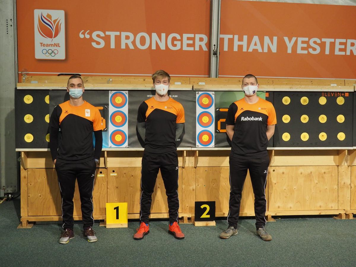 Boogschutter Sjef van den Berg (rechts), met Steve Wijler en Gijs Broeksma.