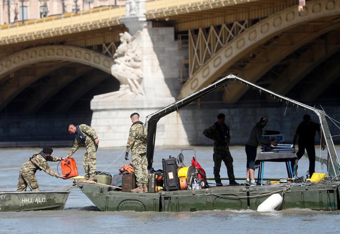 Reddingswerkers speuren op de Donau naar slachtoffers
