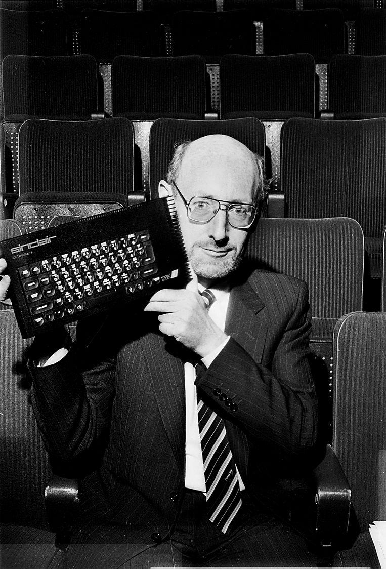 Sinclair met zijn succesvolste vinding, de ZX Spectrum. Beeld Getty