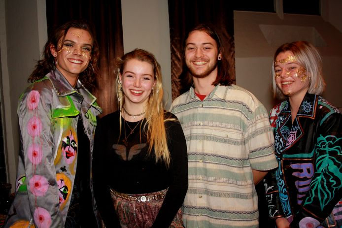 Ro Barbie (18) en Joris Wisse (20), geflankeerd door twee als kunstwerk uitgedoste acteurs.