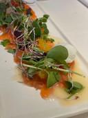 En entrée, un saumon aux agrumes et au sorbet citron.