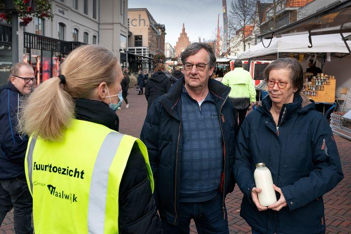 Anne-Mieke van der Pluijm van buurttoezicht in gesprek met Gerard en Marja Verhagen.