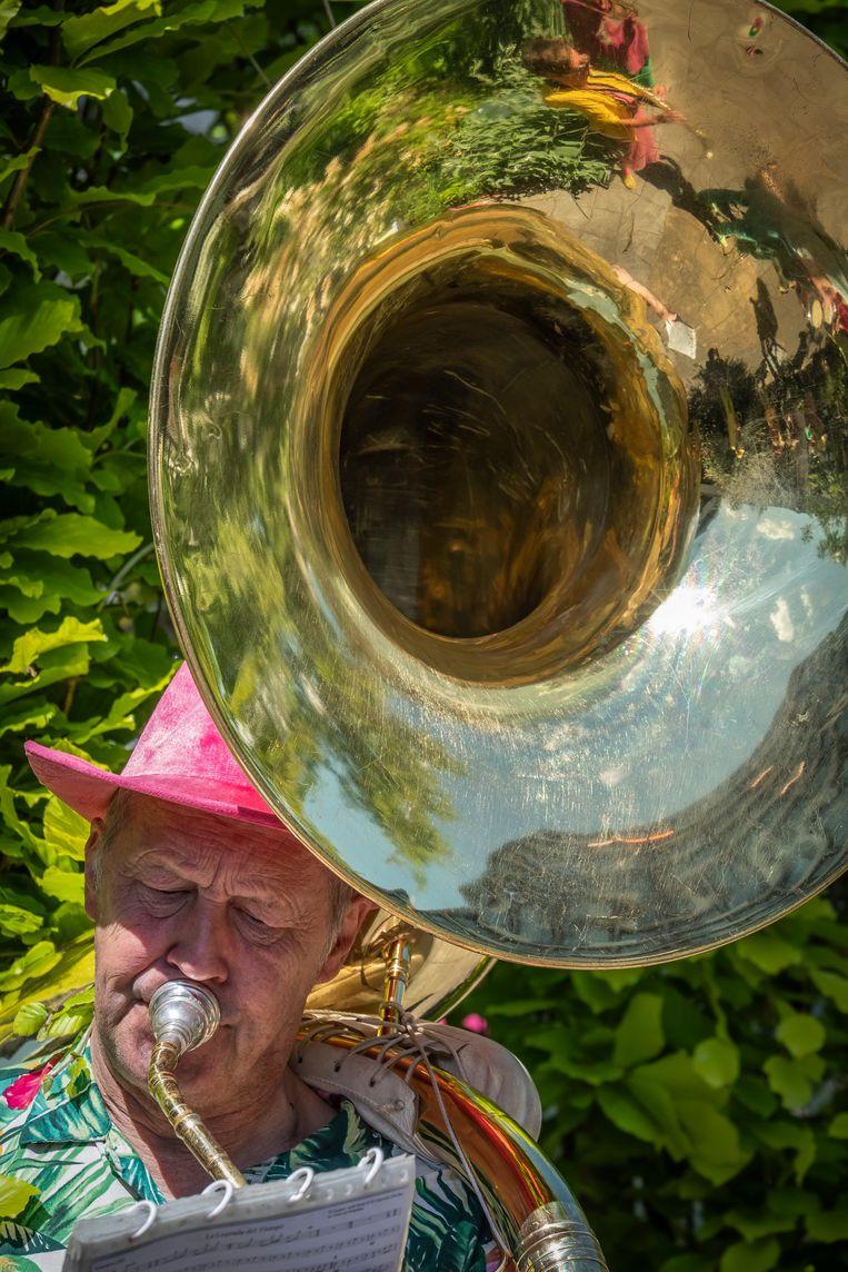 Veertien saxofonisten, drie trombonisten, vier sousafoons en tuba's, drie percussionisten en vijf trompettisten. Beeld Dingena Mol
