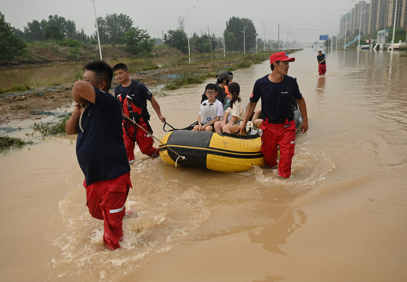 Reddingswerkers in de Chinese provinciehoofdstad Zhengzhou.