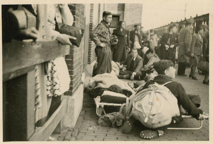 Wachtenden op het perron van Vught, zondag 23 mei 1943. Een van de drie foto's die Nationaal Monument Kamp Vught wist aan te kopen van een handelaar op eBay. Die bood vervolgens scans van de foto's te koop aan.