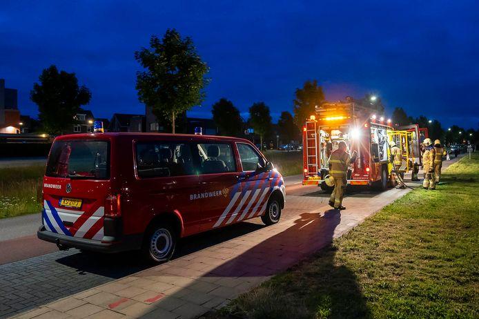 De brandweer rukte rond 22.40 uur met spoed uit met een blusvoertuig, dienstbus en hoogwerker.