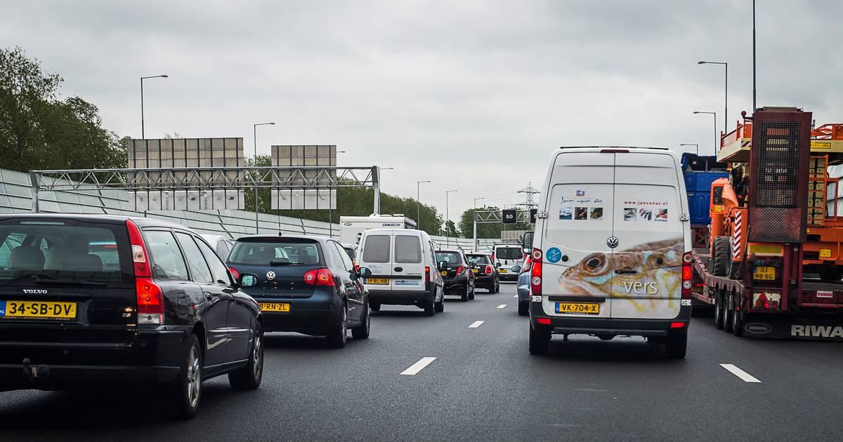 Twee rijstroken richting Zwolle dicht na botsing op A28 bij Staphorst: ruim een uur vertraging.