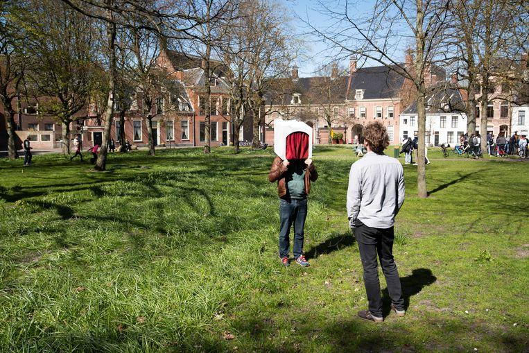 Acteur Tim Verbeek van theatercollectief Illustere Figuren speelt Peer Gynt als voorstelling to-go in Groningen.   Beeld David Vroom