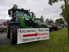 Protestboeren staan opnieuw voor distributiecentrum AH in Zwolle: 'Wij willen duidelijkheid!'
