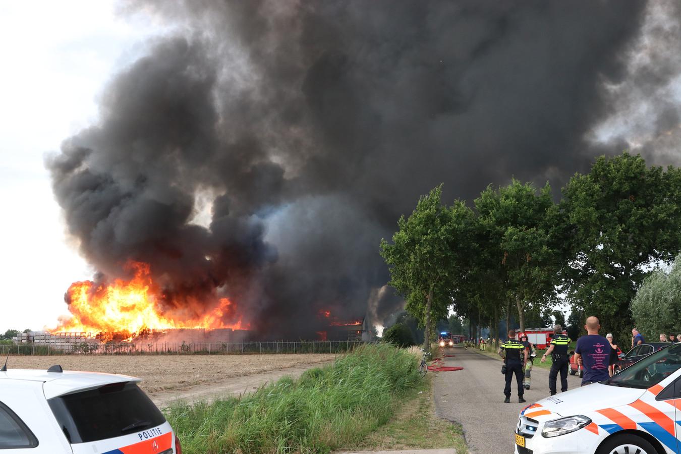 Hulpdiensten zijn massaal uitgerukt naar Marknesse voor de brand bij een appelbedrijf aan de Blokzijlerdwarsweg.