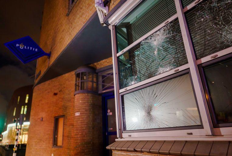 Het vernielde politiebureau aan de Groene Hilledijk in Rotterdam.  Beeld ANP