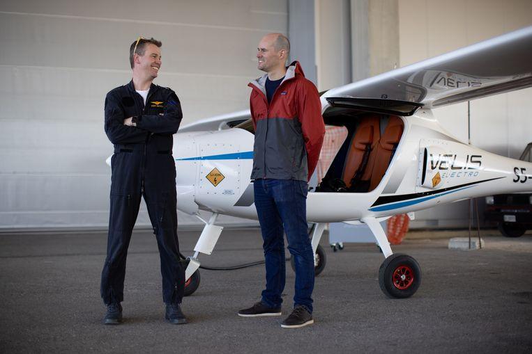 Evert-Jan Feld (l) en Matthijs Collard voor een van hun twee elektrische lesvliegtuigen. Beeld E-Flight