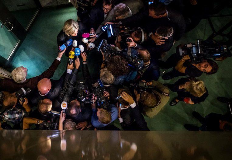 Jeanine Hennis staat direct na haar aftreden de pers te woord in de Tweede Kamer. Beeld ANP