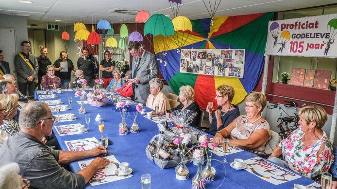 Samen met haar twee kinderen Monique en Daniel, heel wat familieleden, personeel en bewoners van het rusthuis vierde Godelieve dinsdag haar verjaardag.