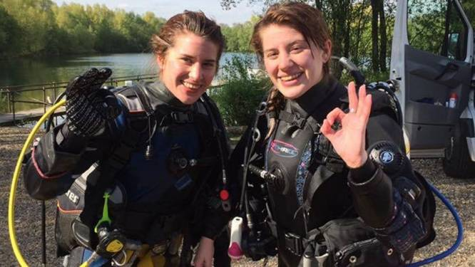 Britse redt tweelingzus door krokodil op muil te meppen