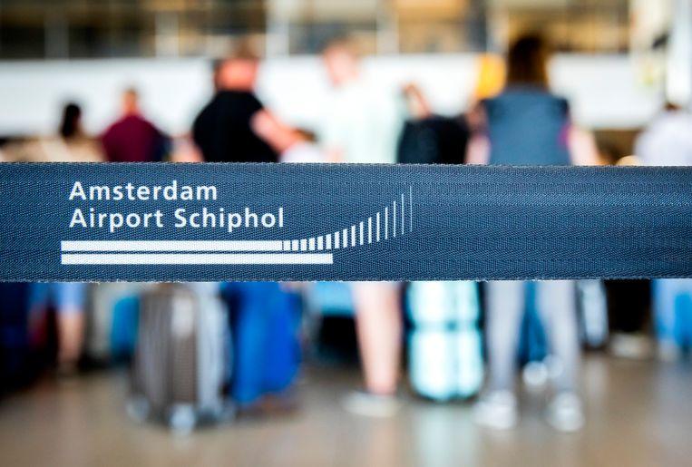 Passagiers wachten op de Nederlandse luchthaven Schiphol in Amsterdam.