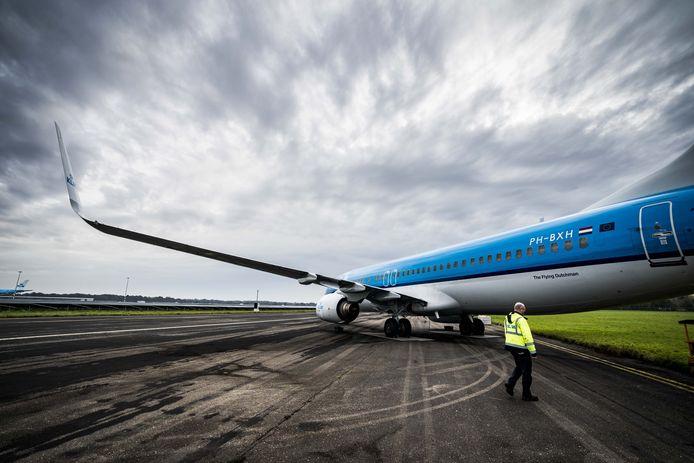 Een van de twaalf passagierstoestellen van KLM die overwinteren op Groningen Airport Eelde. Door het coronavirus wordt er minder gevlogen dan gebruikelijk.