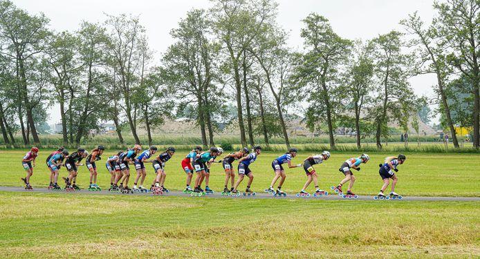 Brakel Inline-skate marathon  Peloton Dames op het wegparcours in Brakel. De winst ging uiteindelijk naar Elisa Dul. Elsemieke van Maaren werd zesde.