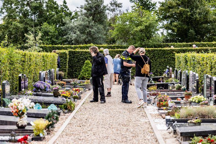 Nabestaanden op begraafplaats Beukenhage in 's-Gravenzande.