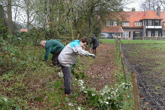 Vrijwilligers die werken in het groen is een vertrouwd beeld tijdens NL Doet.