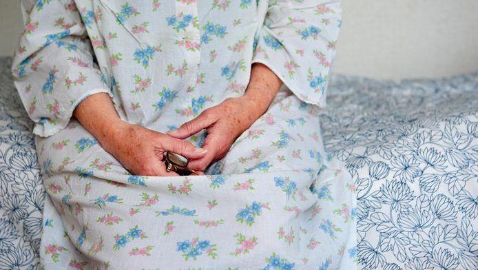 Ouderen in een zorgtehuis vinden het vaak prettig om onder hun eigen dekbed te slapen.