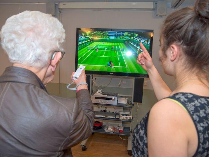 Ouderen worden wegwijs gemaakt met digitale technieken en spelletjes.