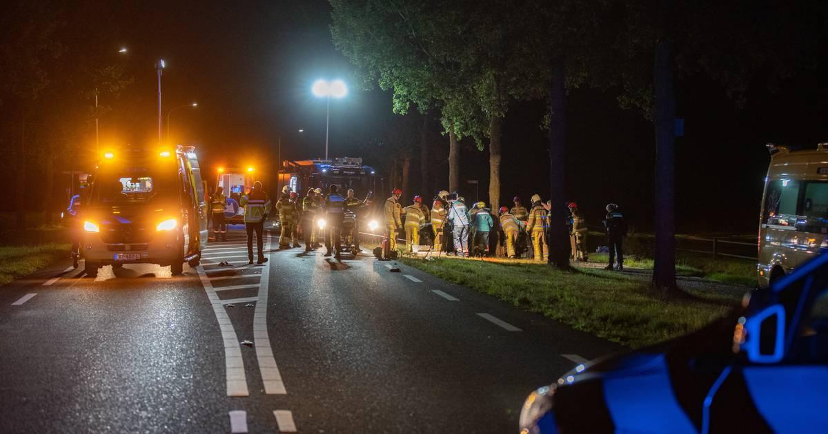 Ernstig ongeluk in Raalte: auto rijdt tegen boom, vijf mensen zwaargewond.