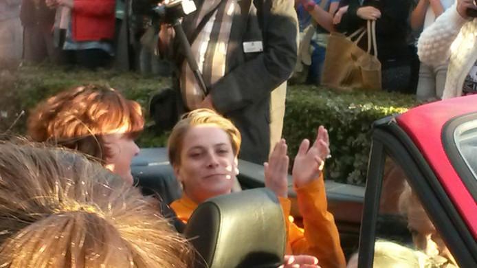 Kelly van Zon arriveert samen met de burgemeester bij De Salamander.