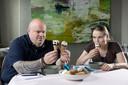 Dennis Middeldorp en Aniek Keijsers  proeven de ijsjes.