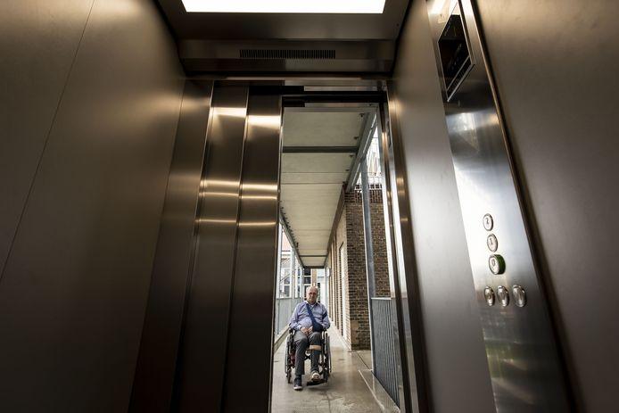Theo Marbus zit in een rolstoel en is afhankelijk van de liften in het Riethuys.