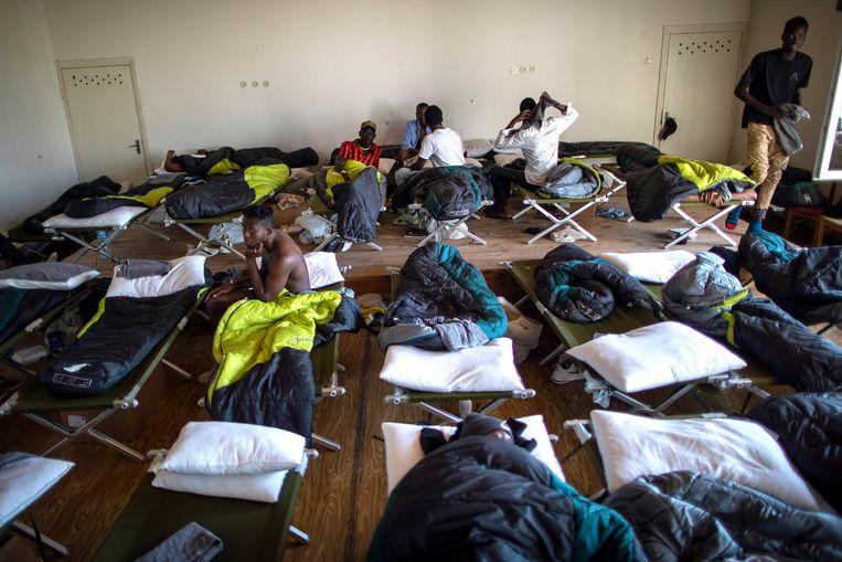 Migranten uit Kameroen slapen op veldbedden in een vluchtelingenkamp in het dorp Vydeniai in Litouwen.  Beeld AP