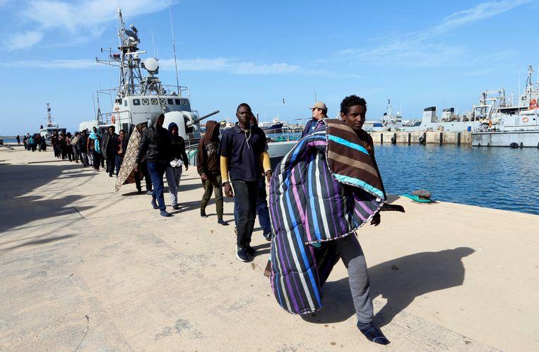 Migranten in de haven van Tripoli, Libië. Beeld REUTERS