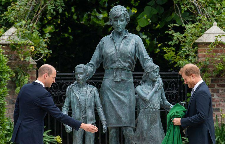 Het standbeeld van prinses Diana in de tuin van Kensington Palace dinsdag open voor publiek Beeld Getty Images