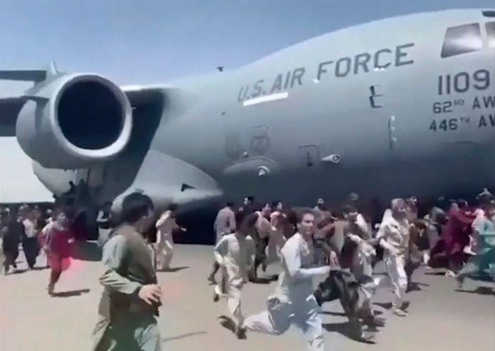 16 augustus: daags na de talibanmachtsovername proberen wanhopige Afghanen vergeefs aan boord te komen van een vertrekkende C-17 van de Amerikaanse luchtmacht.