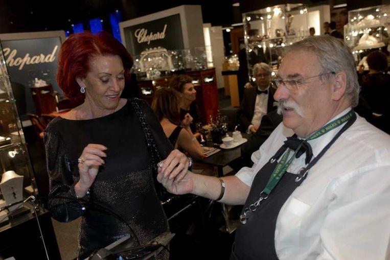 Een vrouw laat haar ring poetsen. Beeld anp