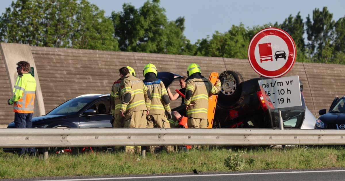 Auto slaat over de kop bij ernstig ongeval op A30 bij Ede; snelweg dicht.
