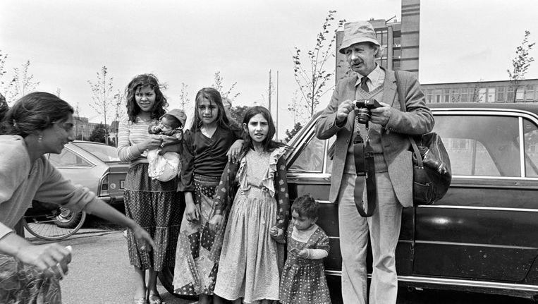 Een groep zigeunermeisjes met baby's poseren voor de fotograaf. Rechts fotograaf Dolf Toussaint. Beeld Hollandse Hoogte