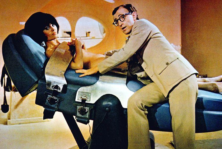Daliah Lavi met Woody Allen in de James Bond-parodie 'Casino Royale' uit 1967. Beeld ANP Kippa