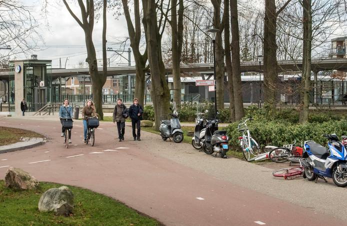 De buitenstalling is 'aan de kleine kant', stelt de gemeente. Scooters worden op het voetpad gezet. De gemeente gaat op zoek naar uitbreiding.