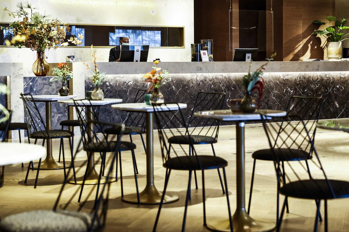 Een lege lobby in het Van der Valk-hotel.
