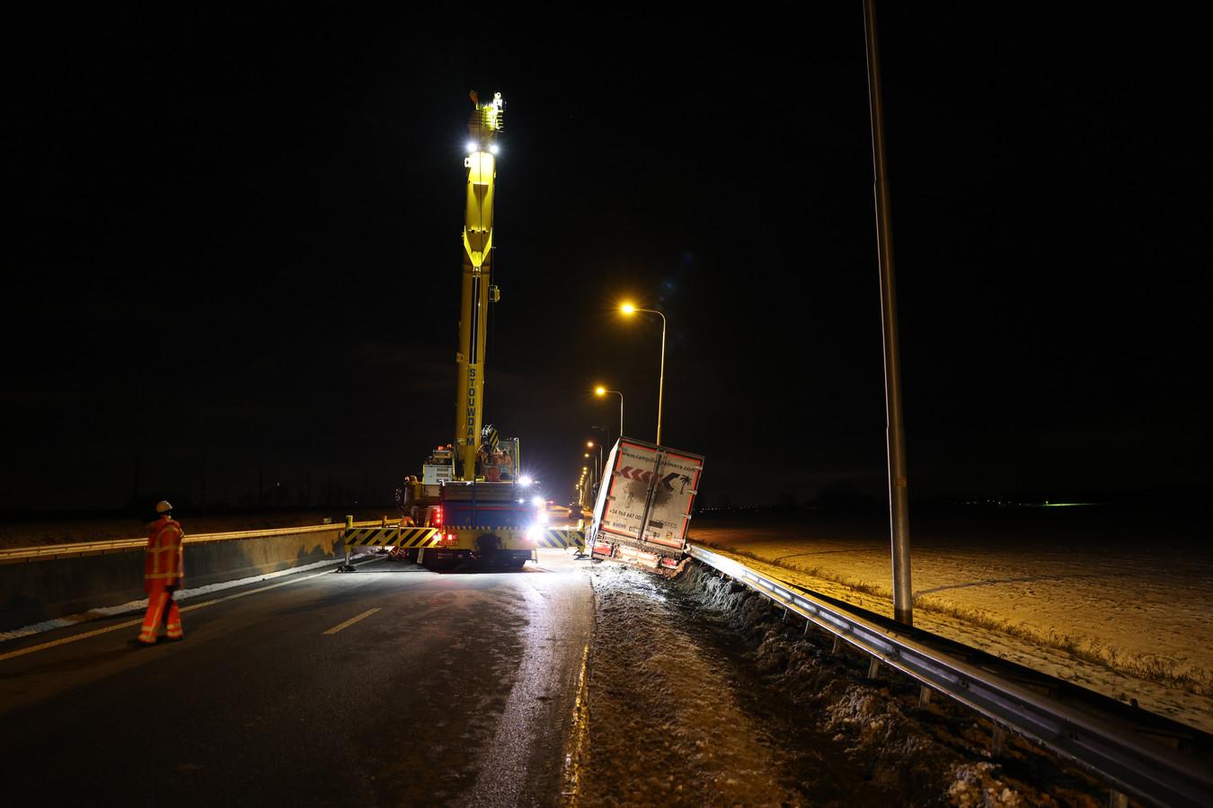 De berging van de vrachtwagen op de N50.