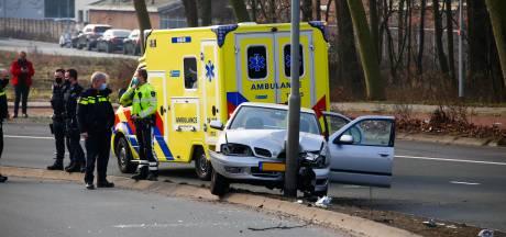 Auto vliegt uit bocht aan de Mijlweg in Dordrecht en knalt tegen lantaarnpaal